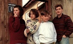Delila Lacevic, à gauche, avec ses cousins durant le siège de Sarajevo© John Costello, Granta