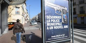 rafales-de-critiques-contre-les-affiches-de-robert-menard-vantant-l-armement-de-la-police-municipale-a-beziers
