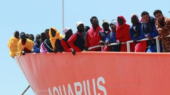 Réfugiés à bord de l'Aquarius, le bateau de SOS Méditerranée. Arrivée au port de Saleme, Italie, le 26 mai 2017. © Carlo Hermann, AFP