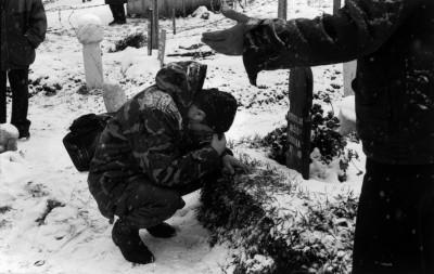 Abbas, Sarajevo, 1993. Au cimetière musulman, un soldat bosniaque en uniforme prie sur la tombe de sa jeune femme, tuée par les tirs serbes.