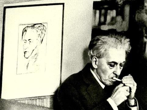 Ilya Ehrenbourg devant son portrait par Pablo Picasso