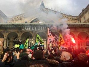 Photo Révolution permanente - Départ de la manifestation des grévistes de la RATP, de la SNCF et de leurs soutiens à la gare de l'Est, le 26 décembre 2019.